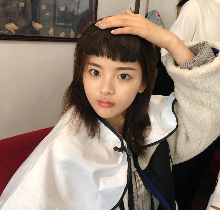 杨超越发齐刘海素颜照,再看看欧阳娜娜的齐刘海造型图片