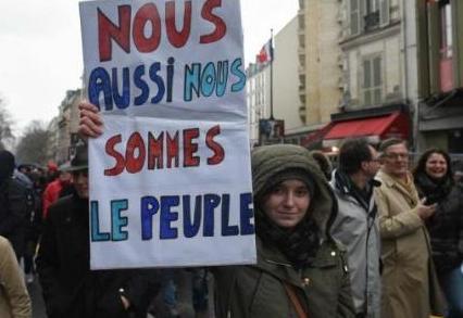 法国人民真有意思:黄背心还没走,红围巾又来了