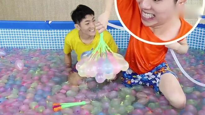《小伶玩具》马树哥哥和坤坤哥哥自制游泳池, 夏天打水仗超好玩的呢