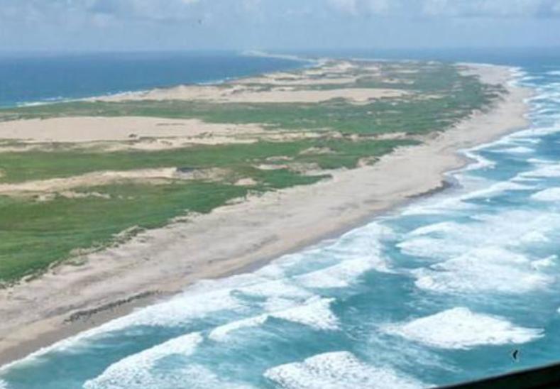 塞布尔岛,位于加拿大新斯科舍省西南300公里处的北大西洋中,东西长40公里,面积约80平方公里。因其海上事故不断,有人称死神岛、海上坟场。  该岛由泥沙冲积而成,全岛到处是细沙,不见树木。小岛四周布满流沙浅滩,水深约有二到四米。  塞布尔岛,因事故多也叫死神岛,海拔不高,只有在天气晴朗的时候,才能望见它露出水面的月牙形身影。  据说每当船只驶近死神岛附近,船上的针便会突然失灵,整只船就像着了魔似的被小岛吸引过去,使船只触礁沉没,导致船舶神秘沉没。  几百年来,有五百多艘大小航船在该岛附近神秘地沉没,丧生