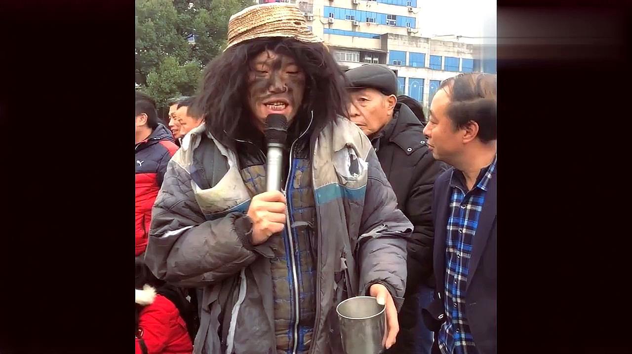 流浪歌手街头唱歌,一开口秒杀中国好声音,路人听后纷纷给钱!