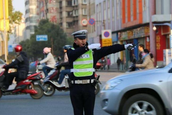 """全世界只有两人能""""无证驾驶"""",一位是女皇,另一位在中国!"""