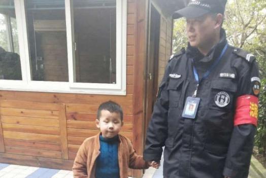男孩跟妈妈走失,过程令人感动又好笑,人贩子也骗不走的孩子