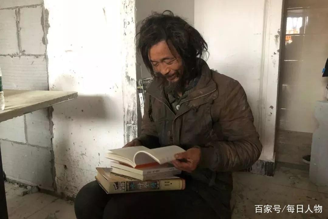 上海流浪汉爱读书成网红 难忍各路戏精围观已逃离