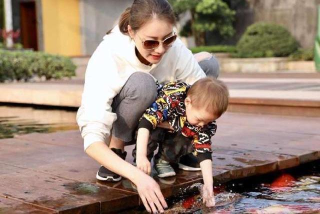 谢杏芳独自带儿子游玩,打扮潮流变化大,林丹忙于工作没时间陪同