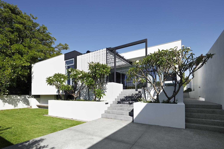 住宅设计:有前院,后院和泳池中庭的长条形现代风格别墅美宅!