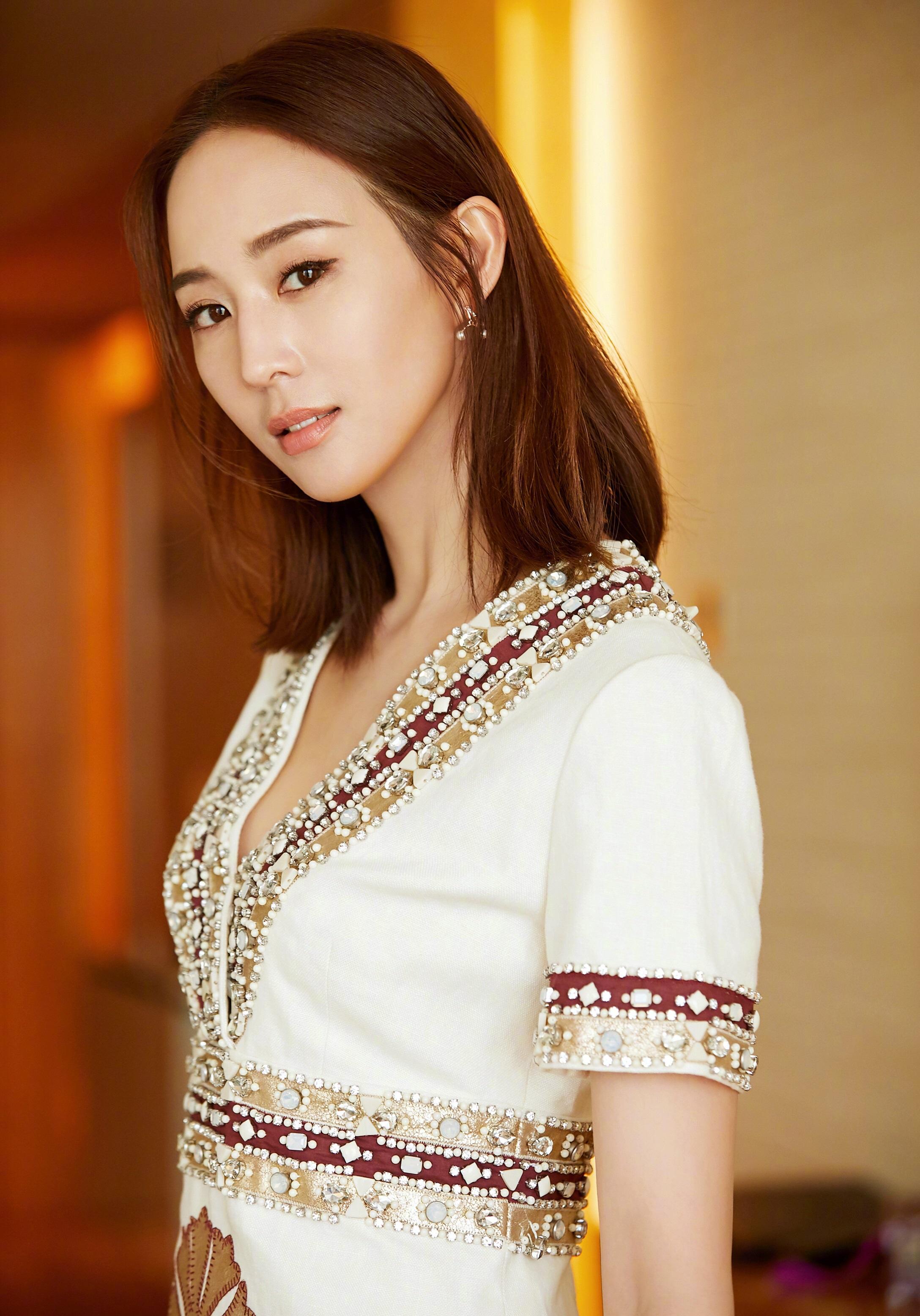 张钧甯将头发烫卷了,搭配黄色连衣裙明艳又清新,36岁