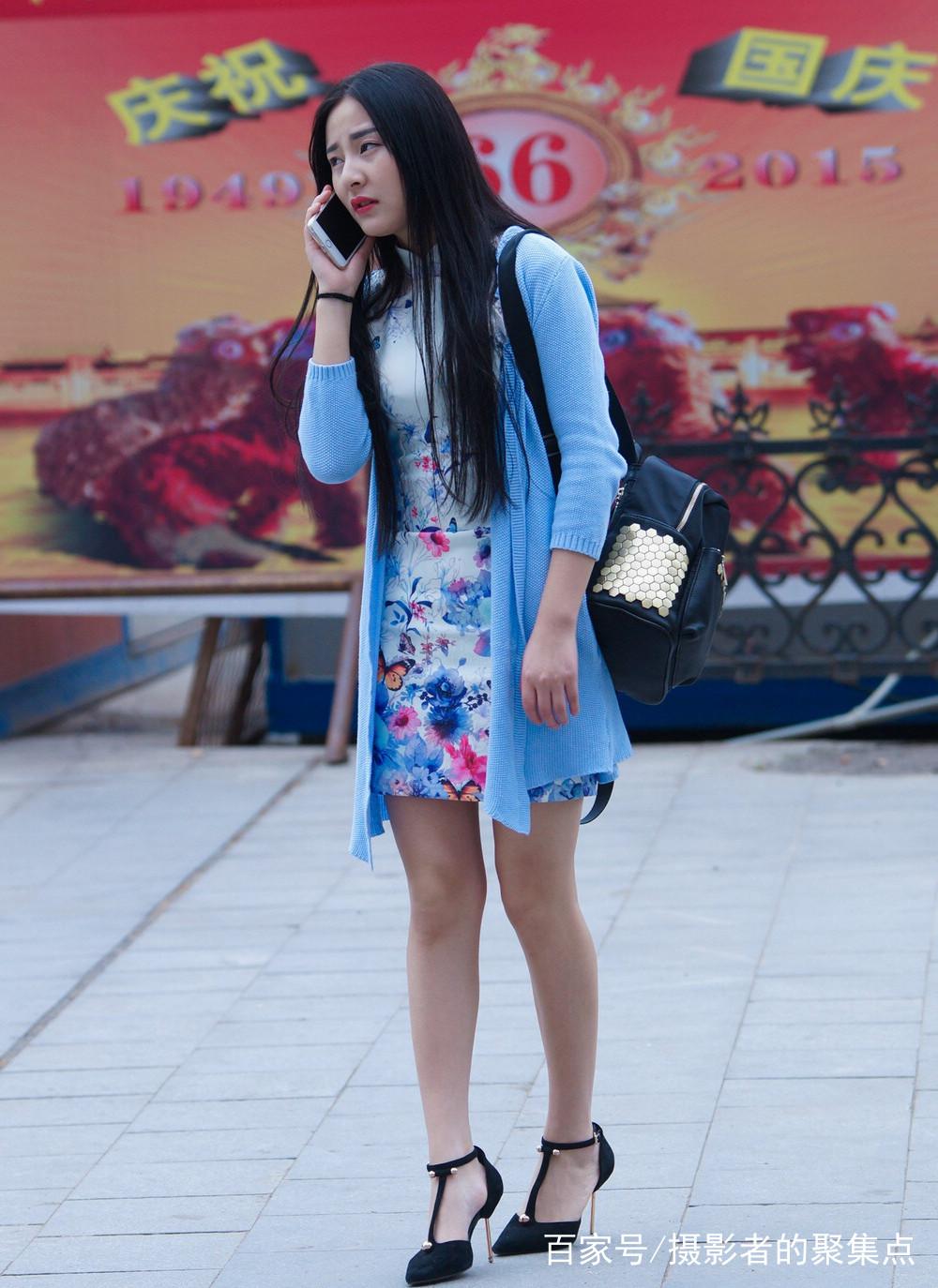 气质优雅美女身穿花色旗袍,搭配蓝色外套,黑色尖头高跟鞋,长发齐腰,轻图片