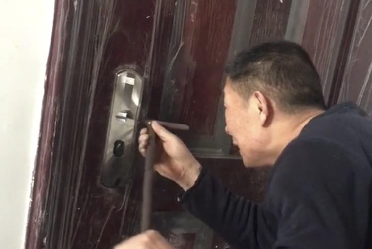 那些年网友经历过的奇葩开锁经历,第一个开锁师傅直接把门给拆了