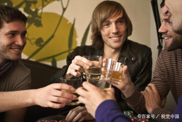 男人每天喝点酒,身体会怎样呢?专家说法很意外,却还是很有道理