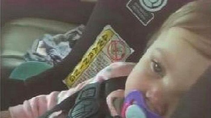 """美国一女婴被困车内,路过的囚犯发挥""""特长""""撬车救人"""