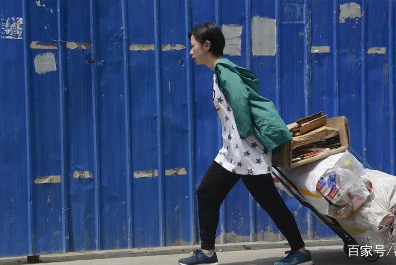 好心奶奶收养左臂残疾女孩,捡废品将其抚养成国家运动员