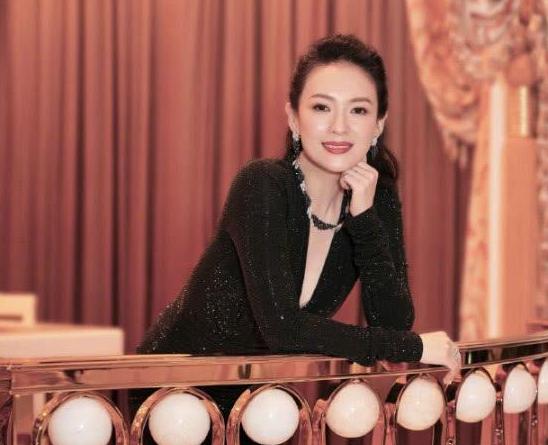 40岁章子怡遇上26岁昆凌,一身短裙打扮,少女气息不输