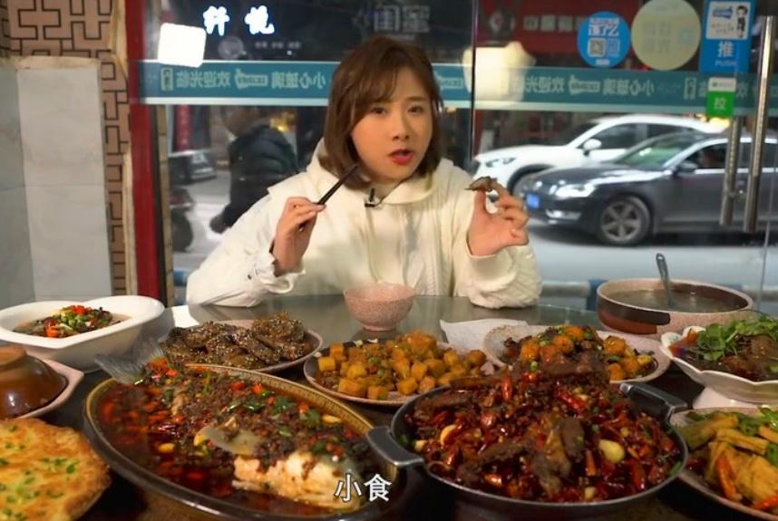 密子君一口气吃11道菜,吃到形象都不顾,还是输给大胃王mini