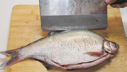 广东佛山名吃黄豆酱蒸鳊鱼 宴客露一手 家里也能做出饭店的味道