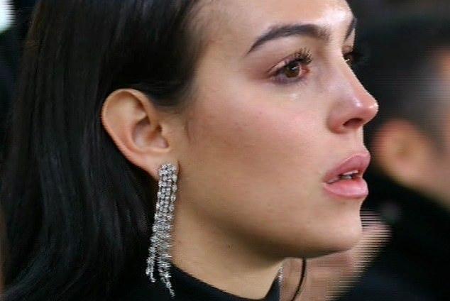 C罗罚进反超点球时 看台上的女友乔治娜哭了 兴奋的儿子振臂高呼