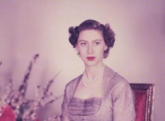 她是英国女王心爱的妹妹,罗马假日的公主原型,却被渣男毁了一生