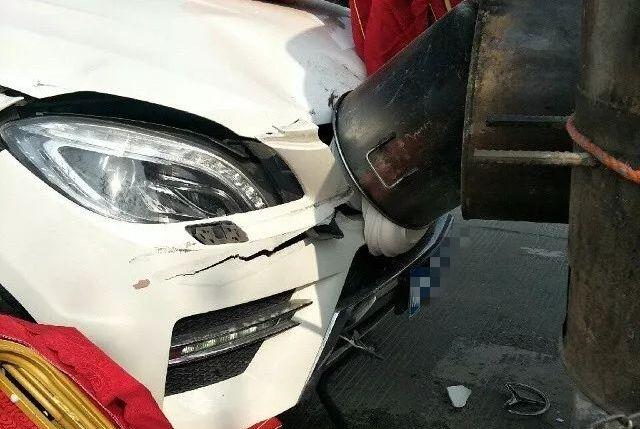 大奔女司机撞上了小货车,车头严重受损!
