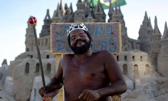 """世界上最""""随便""""的国王,城堡不足10平米,靠与游客合照维持生活"""