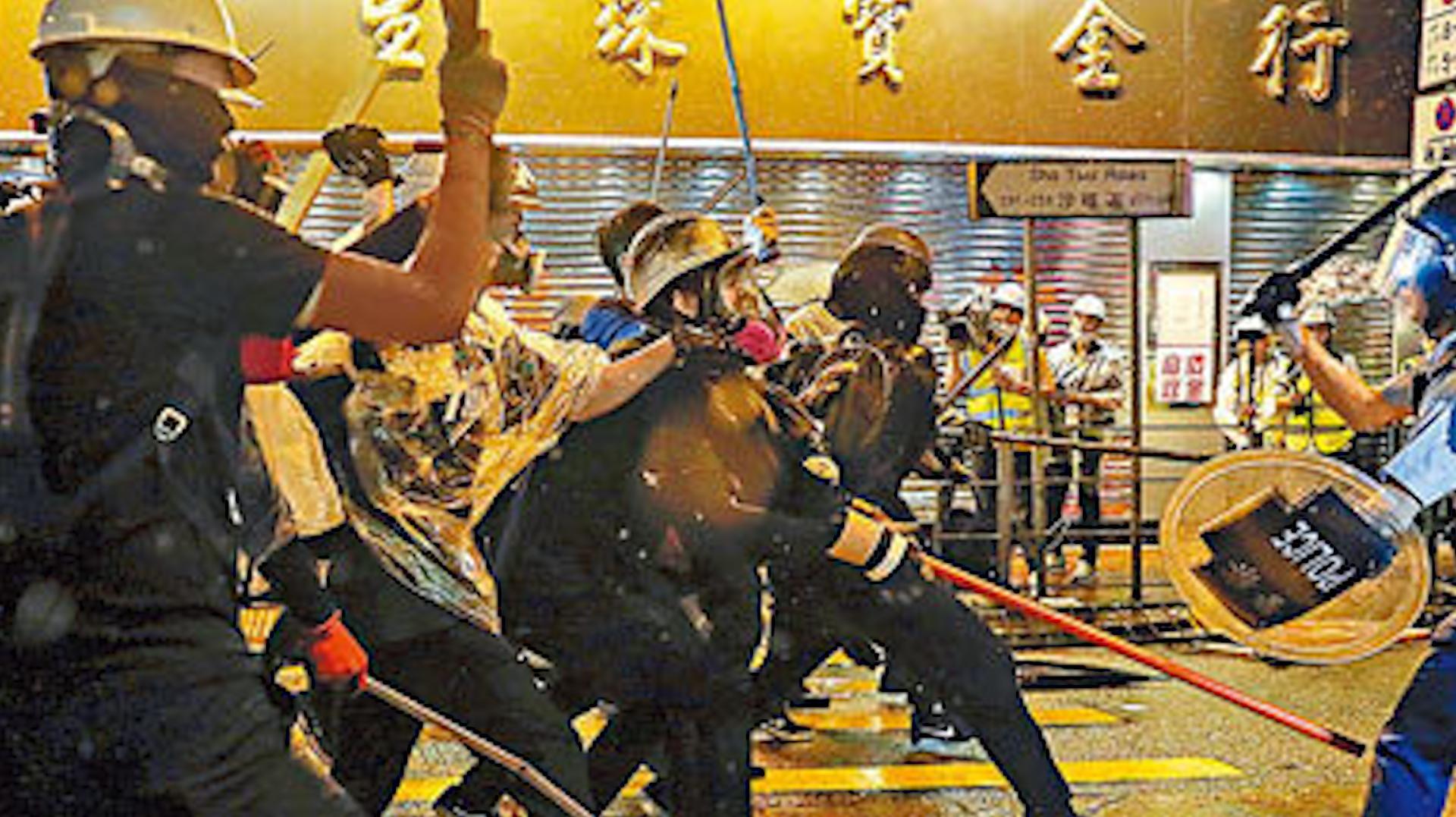 """自食后果!辩称为""""义气"""" 香港保安帮暴徒带武器被抓 如今后悔了"""
