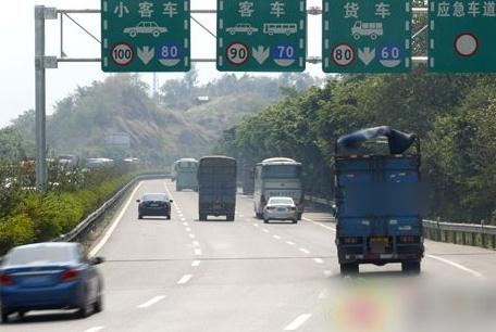为啥我国高速不限速240、180,偏要跟120死磕?这3点原因制约着呢