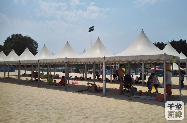 北京海洋沙滩嘉年华从2009年创办至今,已经进入第十个年头。作为夏日户外大型活动的黄金品牌,北京海洋沙滩嘉年华为广大市民和海内外游客在北京市区打造出一个高品质的休闲乐园,为北京人每年夏季的休闲娱乐提供了一个好的选择。2018年的海洋沙滩嘉年华亮点颇多,但最主要的就是恰逢俄罗斯世界杯,足球元素的介入。本届海沙节开幕时正值俄罗斯世界杯的高潮阶段,人们可以躺在沙滩上,通过大屏幕观看世界杯,还可以参加沙滩足球和九宫格射门等足球游戏,亲身感受世界杯的热闹氛围。
