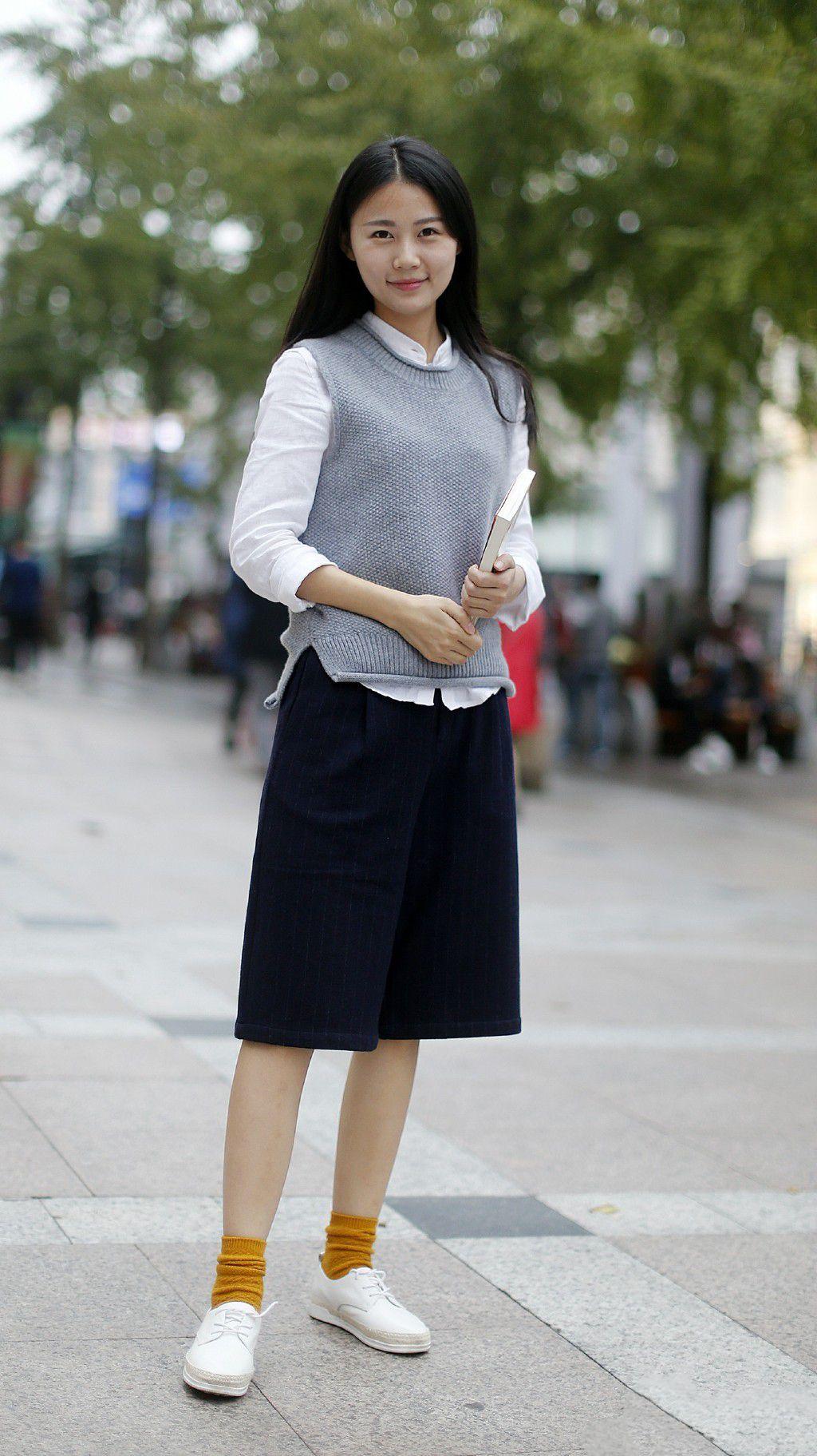 搭_街拍:穿搭时尚有活力的美女,简洁干练,你喜欢吗?