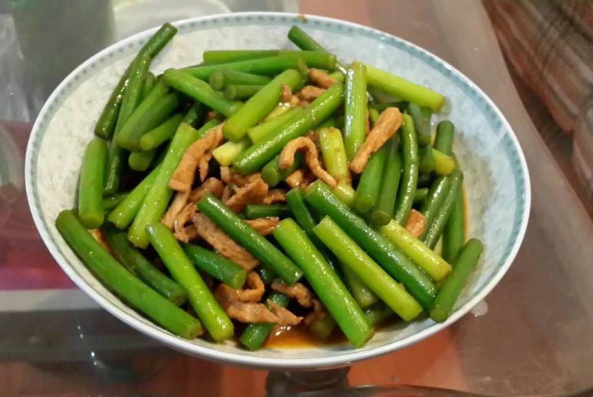 炒蒜苔时,别只会焯水,多加这2种,炒出来又脆又绿,还入味