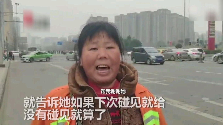 暖哭:没零钱坐公交,环卫工人仗义相助,事后女孩这样感谢她…
