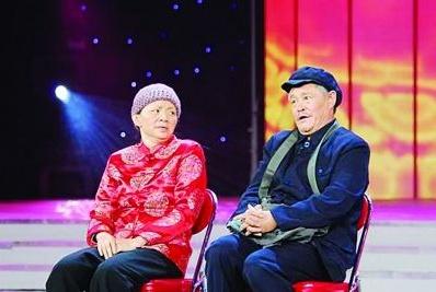 61岁赵本山久违登台遭女粉丝强抱,连婚纱都穿上了,本山当场懵圈
