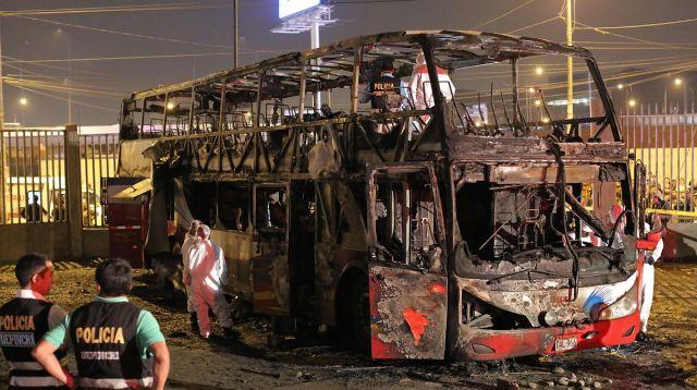 秘鲁一长途客车途中起火,被烧成空壳,至少20人死亡,8人受伤