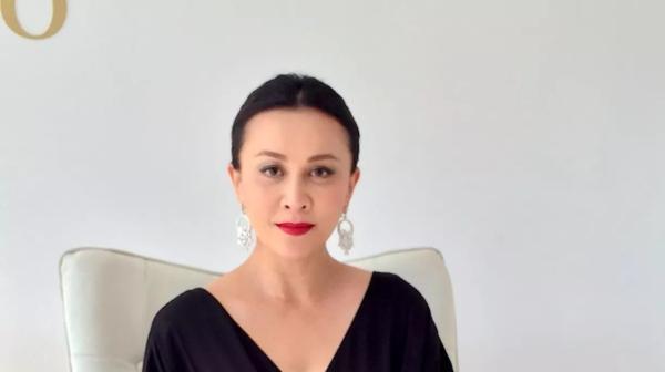 刘嘉玲身穿黑色西装豹纹衬衫,网友看到后:这哪像56岁的