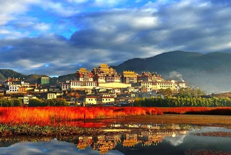 """云南这座藏传佛教寺院,被誉为""""小布达拉宫"""",终年香火极盛"""