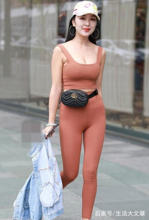 优雅的气质少妇,穿紧身套装衣,尽显丰腴的好身材.