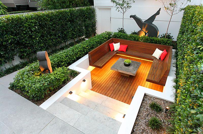 有雕塑设计的下沉式庭院,周围设计了植物墙做装饰