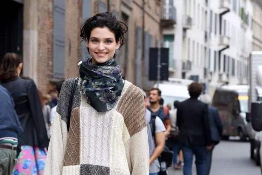 还在担心宽松毛衣穿不出来?学会这四个小秘诀,显高显瘦又时尚