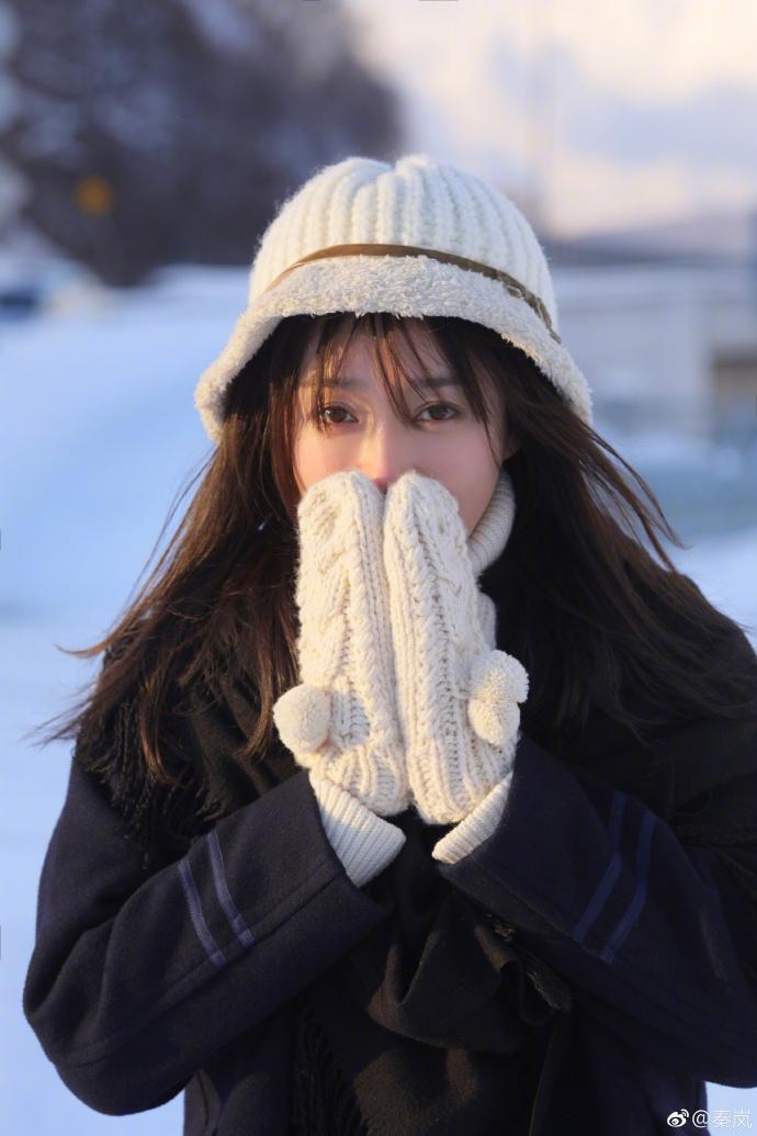 秦岚发雪地写真长发飘飘 双手捂脸笑意明媚温暖