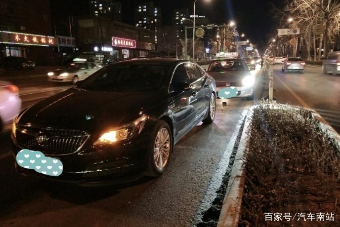 别克君威等红绿灯遭桑塔纳追尾 网友:拆车后才知道君威也是豪车
