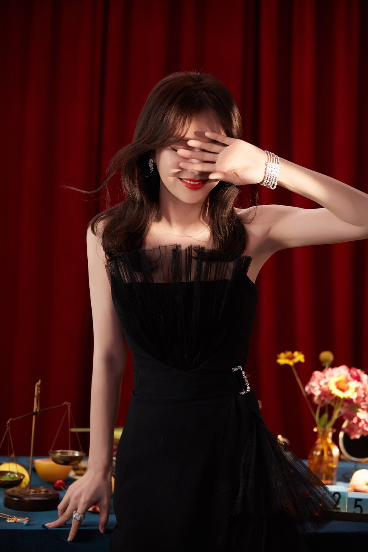 八字刘海的长发看上去很有女人味,一件荷叶边的一字抹胸裙看上去时尚图片