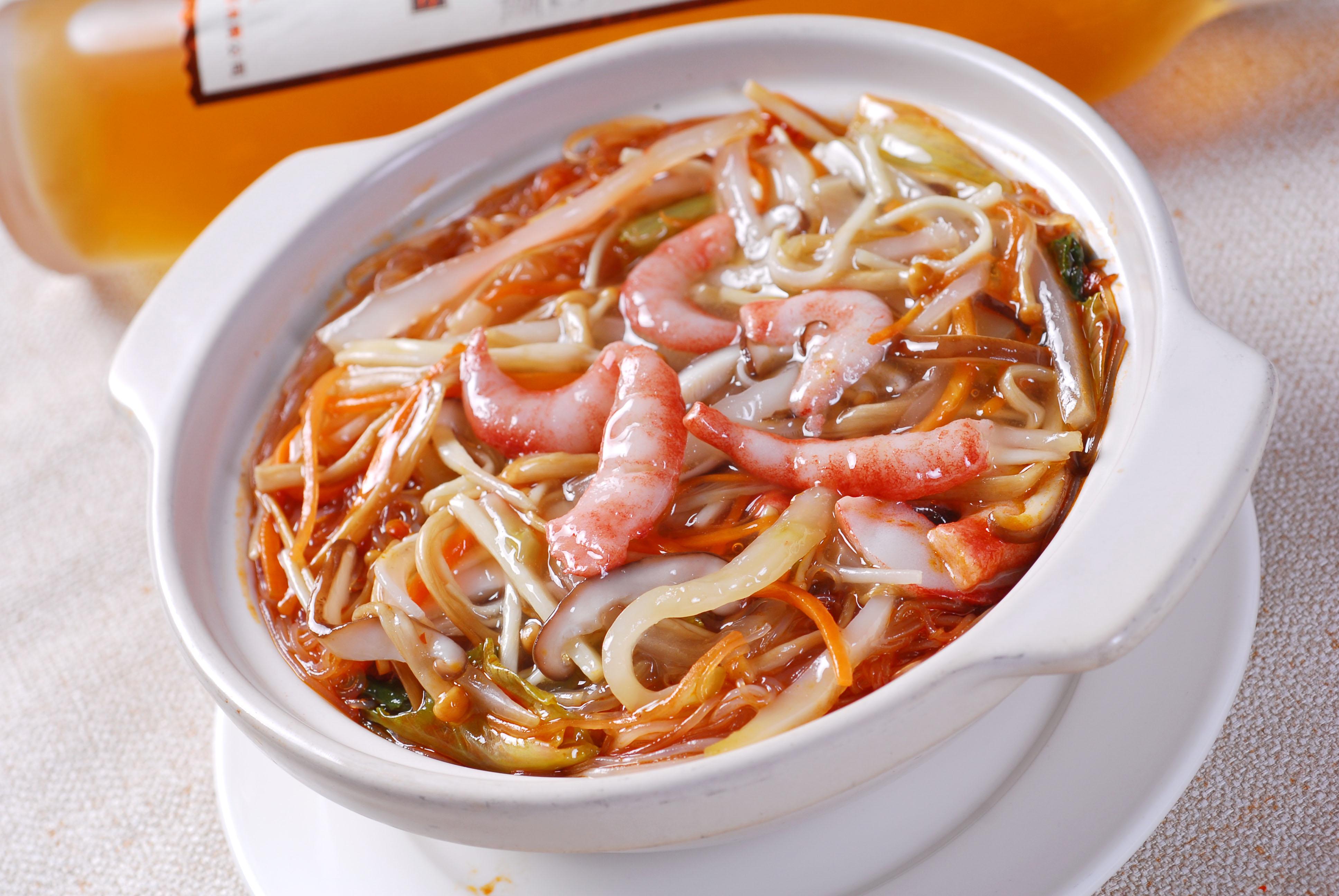 杂菜粉丝煲    主料:粉丝1包,虾6只  辅料:金针菇适量,白菜叶2片,葱