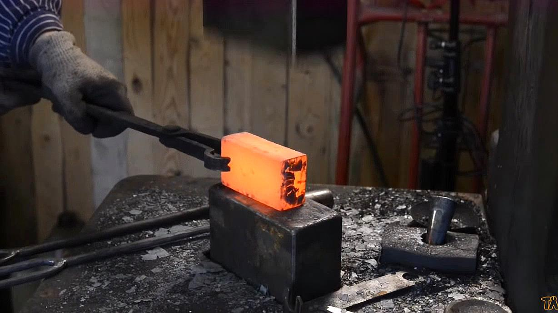 国外牛人纯手工造铁,过程看着都厉害,网友:这铁值钱了!