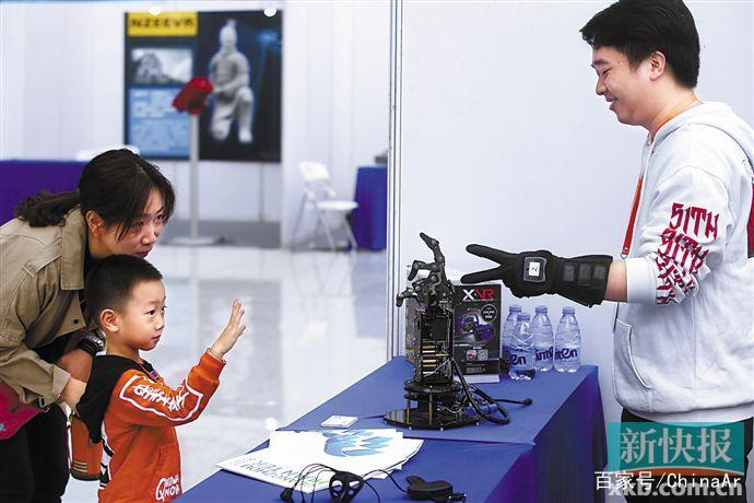 广州VR/AR展新科技抢眼 将来或可刷掌搭地铁