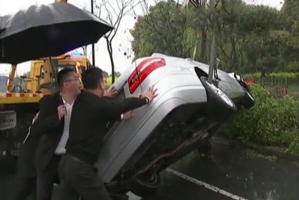 奔驰撞上行道树发生侧翻 车主:坏了就坏了,也就几十万的事儿