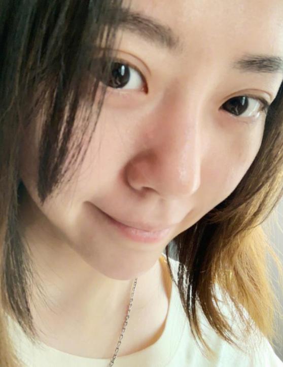 照片中,张靓颖对镜自拍,素颜出镜,皮肤白皙光洁,嘴角扬起,看起来心情