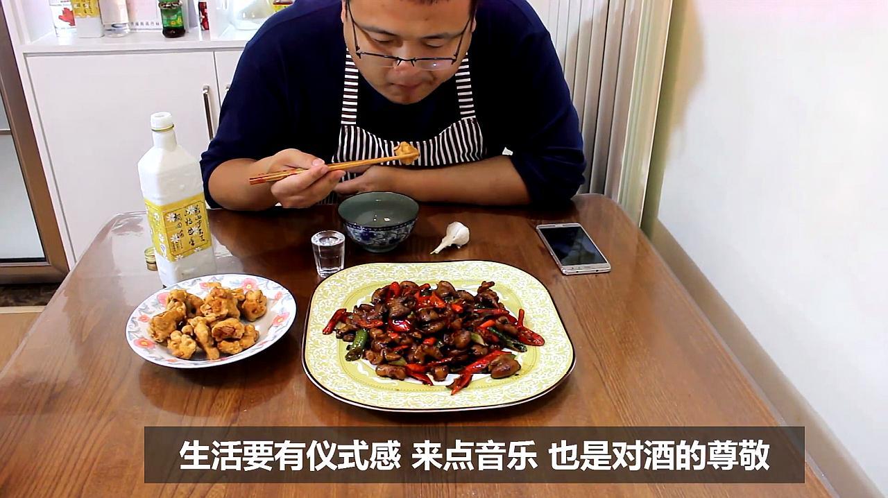 山东小伙23元买猪大肠,辣椒炒一盘,吃起来又辣又香 我喝三两酒