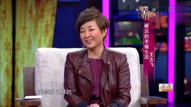实力演员王志飞自爆和娇妻半年没见,刚下飞机,又来演播室了