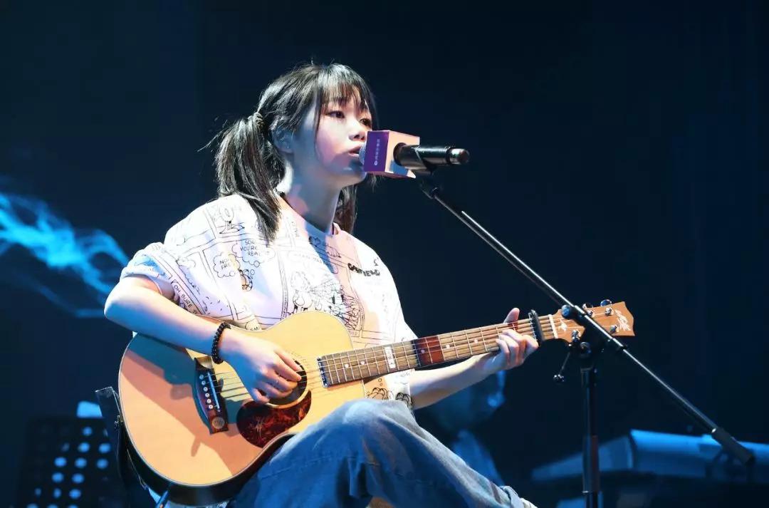 花粥在第五届网易云音乐全国校园歌手大赛表演现场