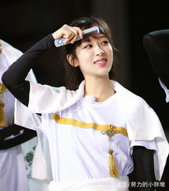 杨紫梳刘海的样子好逗,网友:最认真搞笑的女星!图片