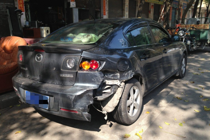 停靠路边的汽车被撞,先报警还是先找车险?这步骤搞错,一毛不赔
