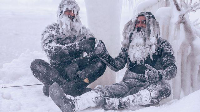 美国男子冰天雪地下水冲浪,头发胡须冻成冰凌,网友笑喷:真猛